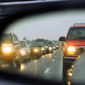 С сегодняшнего дня водители должны включать фары за пределами города