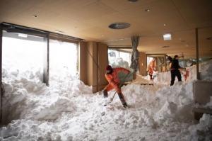Фото невиданных снегопадов в Европе: счет погибших идет на десятки, из-за непогоды отменены даже похороны