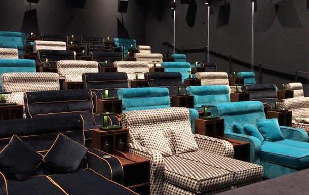 В кинотеатре в Швейцарии установили двуспальные кровати