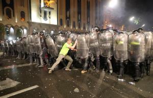 Ночной разгон протеста в Тбилиси полицией: часть грузин выстояла и вооружилась — детали и кадры