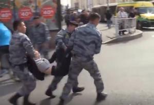 """Мать в отчаянии бросалась на казахстанских силовиков и кричала """"Отпустите мою дочь!"""" – видео"""