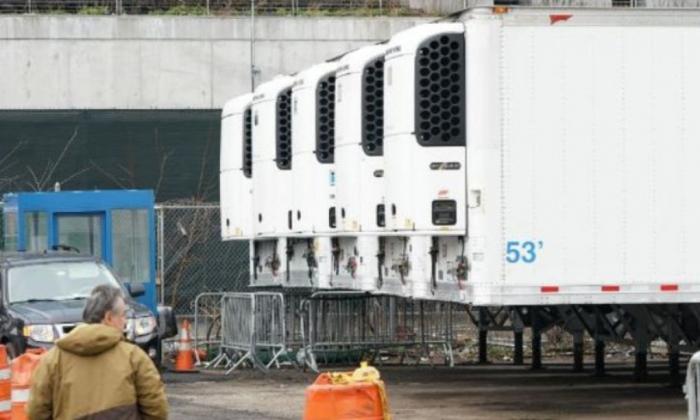 CNN: На улицах Нью-Йорка установили мобильные морги из-за коронавируса, кадры