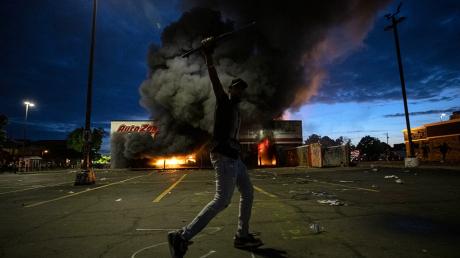Митинг в США: толпы жгут полицейские участки, громят банки и магазины